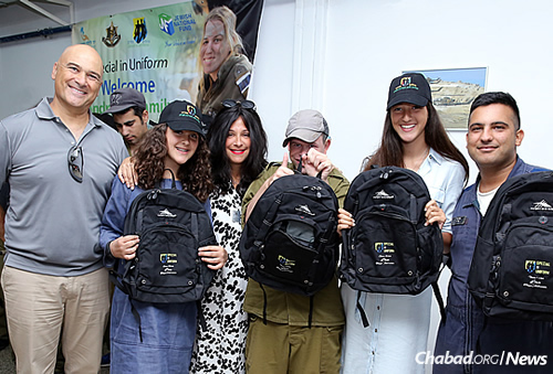 "From left: Lt. Col. (res.) Tiran Attia, director of ""Special in Uniform""; Tanya Andrusier; her mother, Devorah Leah Andrusier; her sister, Shachar; and some of the Israeli soldiers. (Photo courtesy of the Jewish National Fund)"