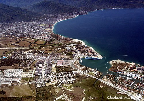 An aerial view of the marina, cruise-ship docks and downtown Puerto Vallarta, which sits on the Pacific Ocean's Bahía de Banderas. (Photo: Wikimedia Commons)