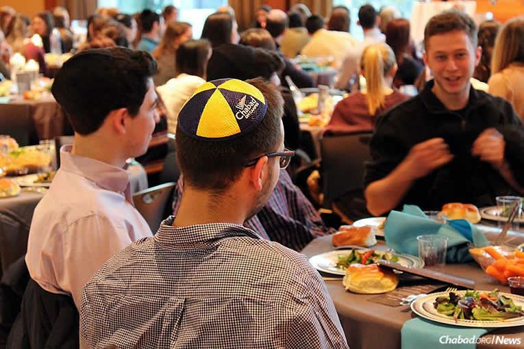 The crowd at dinner, which began before the start of Shabbat (Photo: Hannah Geller)