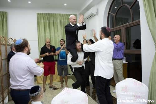 The groom, Vadim Mitropolitansky, is an Israeli who now lives in Bangkok. When the two decided to tie the knot, they chose to do so at Chabad in Phnom Penh.