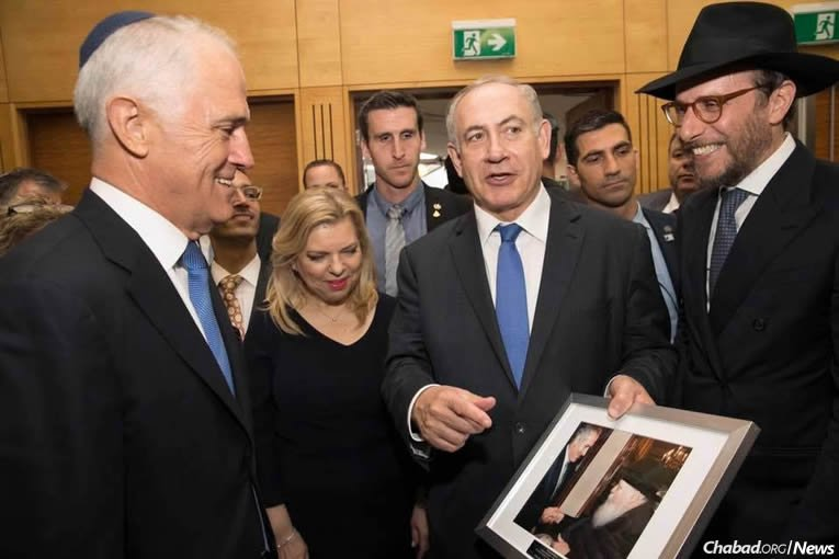 Israel's Prime Minister Benjamin Netanyahu tells Australian Prime Minister Malcolm Turnbull about the lasting influence of the Rebbe after Rabbi Levi Wolff presented a framed photo of Netanyahu and the Rebbe taken when the premier was Israel's ambassador to the U.N.