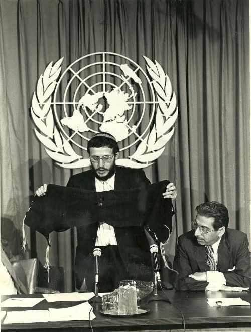 """יוסף מנדלביץ' מציג באו""""ם את הטלית שהכין בעודו במחנה העבודה"""