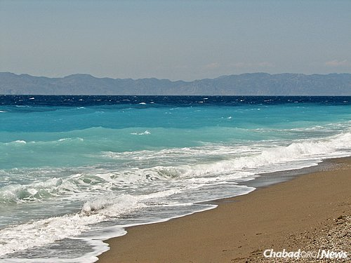 One of the island's stunning sites: Ixia Beach in Rhodes, with a view of the Turkish coast on the horizon. (Photo: Wikimedia Commons/Norbert Nagel)