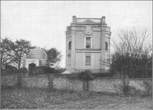 Sir Moses Montefiore construiu um mausoléu para sua esposa e para ele mesmo, que lembra a estrutura que ele construiu sobre o túmulo de Raquel.