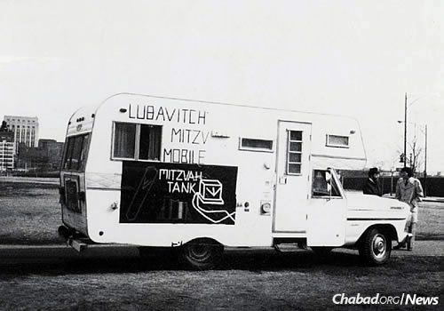 The first mitzvah tank in Chicago makes its rounds, 1975. (Photo: Library of Agudas Chasidei Chabad)