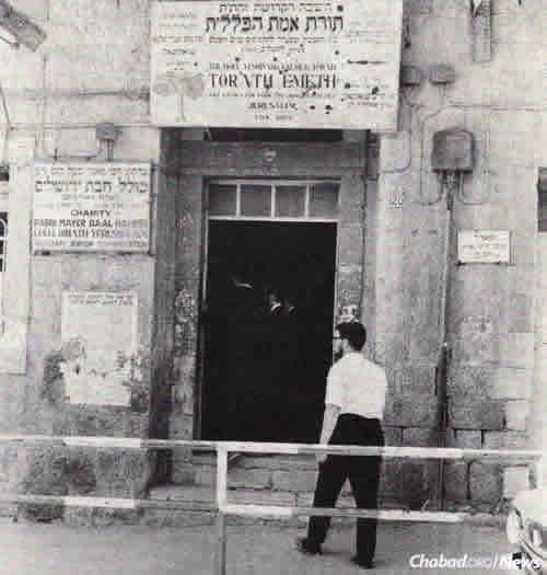 Yeshivat Torat Emet was originally founded in Hebron in 1912 and moved to Jerusalem in the 1920s. Hebron's centuries-old Jewish community was later destroyed in the Arab massacre of 1929. Until the late 1960s, Torat Emet was located in this stone building in the Mea Shearim neighborhood, before moving to a newer premises in Shikun Chabad. (Photo: Challenge)
