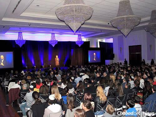 Pendant le spectacle, le Rav Raskin a fait cadeau à Gad Elmaleh d'une paire de Téfiline, soulignant que cette année marque le 50ème anniversaire du lancement de la campagne de Téfiline par le Rabbi de Loubavitch.