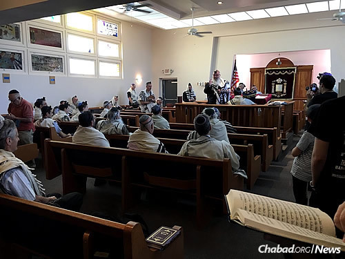 Shemtov shares a Torah thought during the early-morning service.