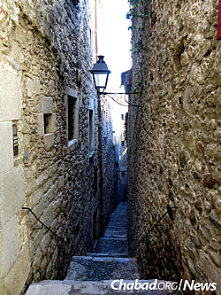 In Girona's Old Jewish Quarter, rectangular indentations that once held mezuzahs can be seen on the doorways of ancient buildings. (Photo: Wikimedia Commons)