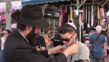 De jeunes 'hassidim de Kfar 'Habad se rendent quotidiennement à Tel Aviv pour y mettre les Téfiline aux passants.