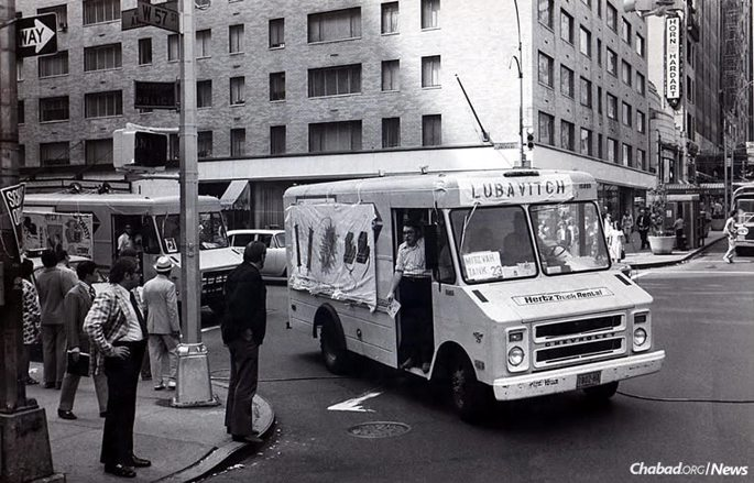 A mitzvah tank drives through midtown Manhattan shortly after the vehicles got their name in 1974. (Photo: Kehot Publication Society)