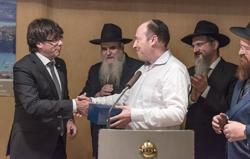 Carles Puigdemont, left, president of the autonomous region of Catalonia and former mayor of Girona, thanks philanthopist Shimon Aminov, center. Looking on, from left, are: vice chairman of Merkos L'Inyonei Chinuch Rabbi Moshe Kotlarsky; Rabbi Berel Lazar of Russia and Rabbi Dovid Liebersohn of Barcelona.