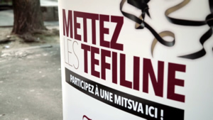 Stand de mise des Téfiline du Beth Loubavitch de Paris
