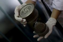 Ampulheta com marcas nazistas na sede da Interpol em Buenos Aires