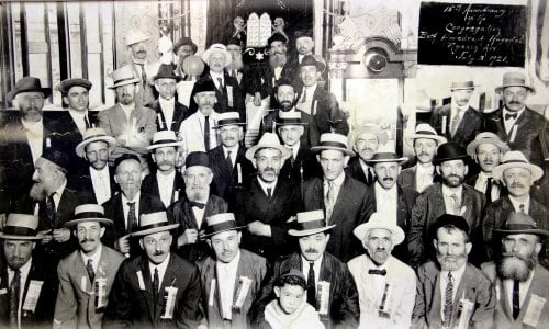 A 1921 photo of the early members of Congregation Nusach Hari in St. Louis, who were largely Russian immigrants of Chabad Lubavitch descent. (Courtesy Cong. Nusach Ha'Ari Bnai Zion)