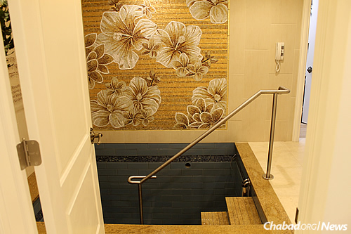 Design details include an intricate mosaic depicting flowers in the mikvah pool room, alongside heated floors. (Photo: Chabad Center for Jewish Life in Merrick, N.Y.)