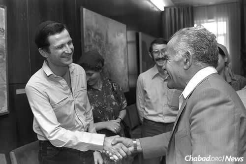 Yuli and Tanya Edelstein meet Israeli Prime Minister Yitzchak Shamir in Jerusalem, following their 1987 arrival in Israel. (Photo: Magi Ohayon/Government Press Office)
