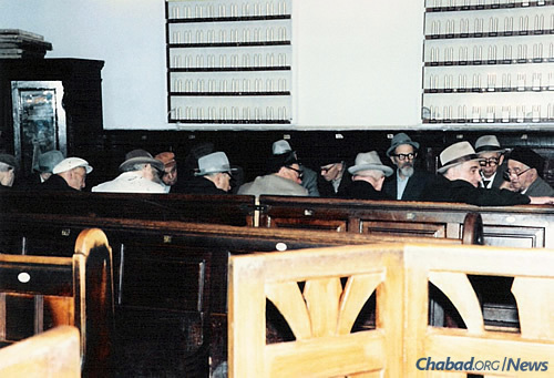 A Torah class in the small hall of the Moscow Choral Synagogue in 1984. Reb Mottel is fourth from right. (Photo courtesy of Association Remember and Save)