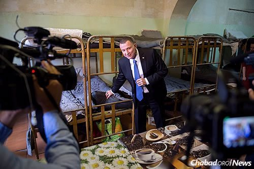 At Butyrka prison in Moscow, Edelstein shows reporters where he hid his prayerbook under a mattress. (Photo: Israeli Embassy in Moscow)
