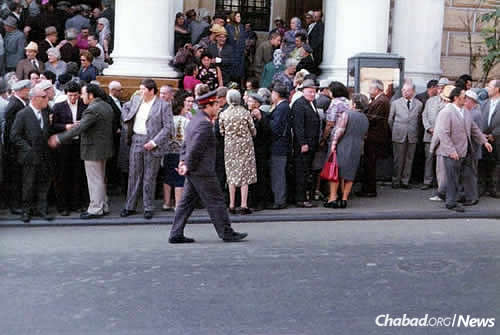 Soviet militsiya officers patrol crowds outside the Moscow Choral Synagogue during a fall Jewish holiday, circa 1975. (Photo courtesy of Association Remember and Save)