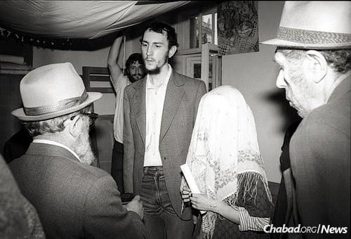 Reb Mottel performs a chuppah in Moscow, circa 1987. (Photo: Nathan Brusovani (Bar), www.brusovani.com)