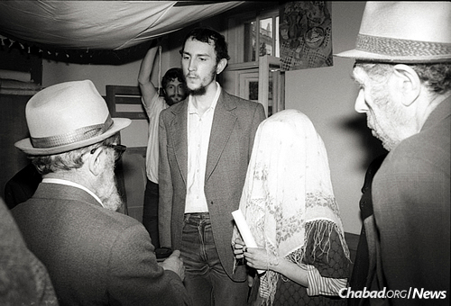 Reb Mottel performs a chuppah in Moscow, circa 1987. (Photo: Nathan Brusovani (Bar), www.brusovani.com)