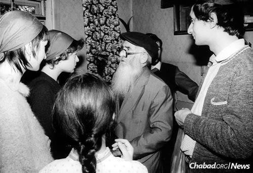 Vilensky talks with Ira Kara-Ivanov at the upshernin of her son in the early 1980s. (Photo courtesy of Michael Kara-Ivanov)