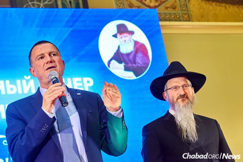 Edelstein addresses 600 young Moscow Jews at YACHAD's June event in honor of Gimmel Tammuz. Chief Rabbi of Russia Berel Lazar looks on. (Photo: Federation of Jewish Communities)
