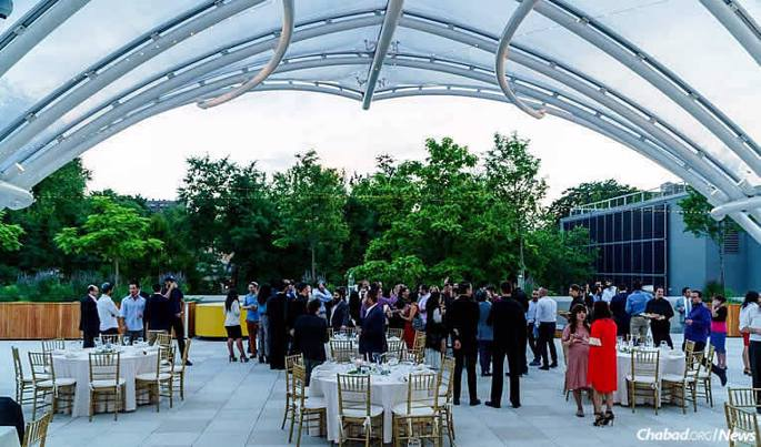 Hundreds of young adults meet, greet and usher in Shabbat on the rooftop of the Brooklyn Children's Museum. (Photo: Avraham Edery)