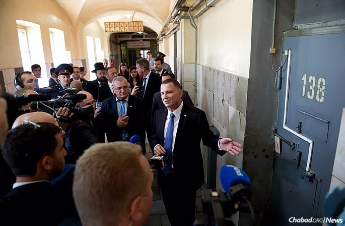 Israeli Knesset Speaker Yuli Edelstein, who served three years in Soviet labor camps for teaching Hebrew, made a return trip to Moscow. Here, he points to an isolation cell at Butyrka prison, where he was held for 15 days after trying to stop a guard from destroying his tefillin. (Photo: Israeli Embassy in Moscow)