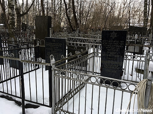 Reb Getche (Getsel was his full name), passed away in 1989, just as the Soviet Union was heaving its last breath. He was buried, on the right, in the Jewish cemetery in Malakhovka, adjacent to the grave of Rabbi Mordechai Dubin, a Chabad Chassid and former member of Latvia's pre-war parliament, who died in Soviet exile in 1957 and was reburied in Malakhovka in 1986. (Photo: Dovid Margolin/Chabad.org)