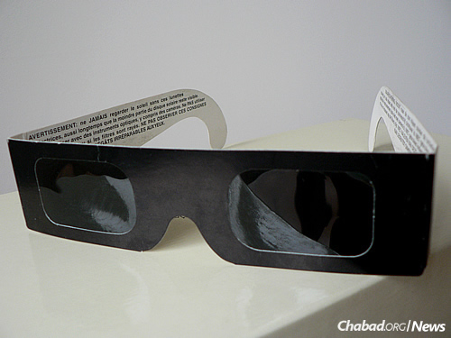 Chabad of South Carolina in Columbia is planning to mail solar eclipse kits to community members in advance of the natural phenomenon. In it will be special viewing glasses like these. (Photo: Wikimedia Commons)