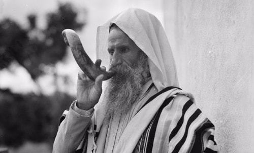 A Yemenite Jew blows shofar (circa 1930s).