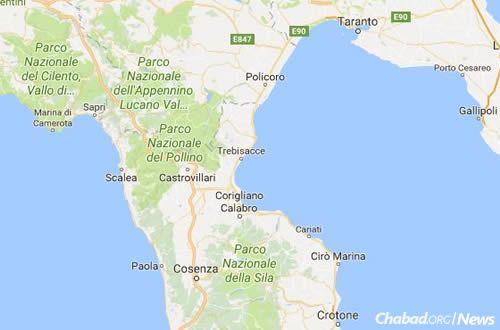 A cidade costeira de Scalea, à esquerda do centro, perto do arco da bota da Itália. [Google Maps]