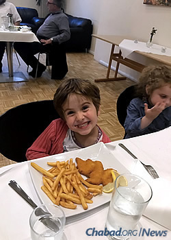 A kids menu offers a number of favorite foods. (Photo: Chabad of Denmark)
