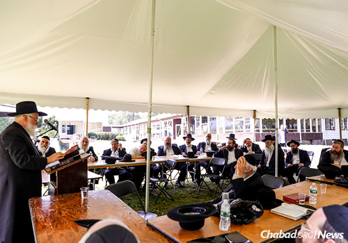 Rabbi Moshe Havlin, chief rabbi of Kiryat Gat, Israel, addresses colleagues at Camp Gan Israel in Parksville, the site of the annual scholarly conference. (Photo: Shimi Kutner)