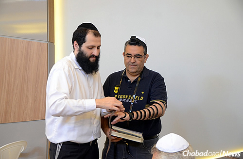 Rabbi Mendel Katri assists a participant. (Photo: Beit Chabad de Belo Horizonte)
