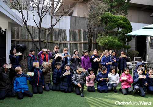 Children show off art projects made in Hebrew school. (Photo: The Chabad Jewish Community of Korea)
