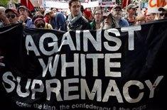"""Antifascistas carregam faixa em que se lê """"Contra a supremacia branca"""" - JOSHUA ROBERTS / REUTERS"""