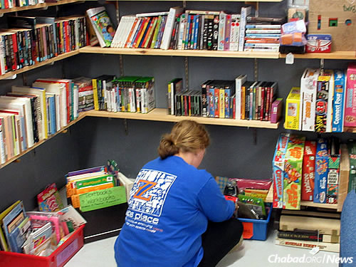 Keeter organizes a section of books. (Photo: Howard Blas)