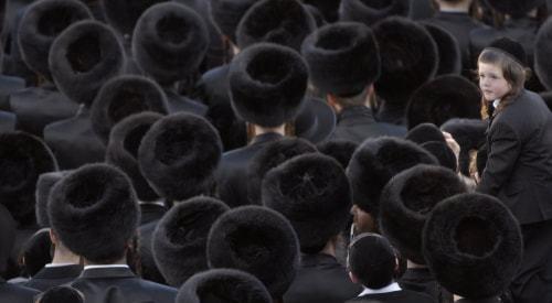 A group of spodik-wearing Gur chassidim (Photo: Ouria Tadmor/flash90).