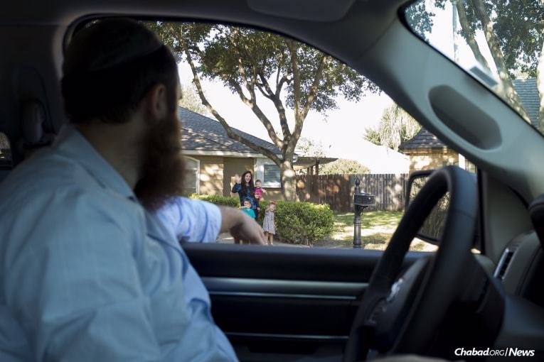 Schmukler says goodbye to his wife and kids before heading to Rockport. (Photo: Verónica G. Cárdenas/Chabad.org)