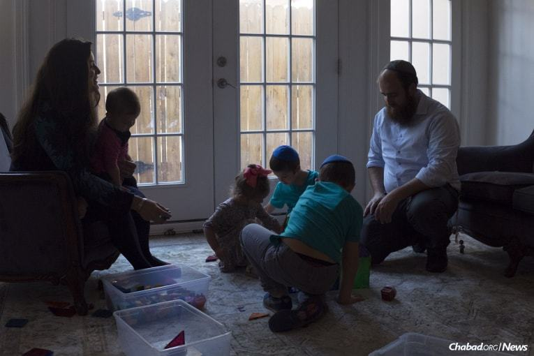 Prior to setting off, the rabbi spends time with his wife, Nene, and children, Tonia, Cherna, Leib and Mendel, who are temporarily living in McAllen. (Photo: Verónica G. Cárdenas/Chabad.org)