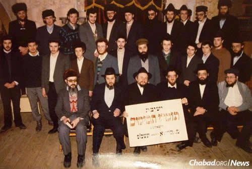 A group photo of Yeshivas Tomchei Temimim Moscow, taken in the Marina Roscha synagogue, circa 1991.