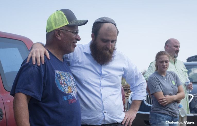 The rabbi talks with a man who lost his home and other belongings in Rockport. (Photo: Verónica G. Cárdenas/Chabad.org)