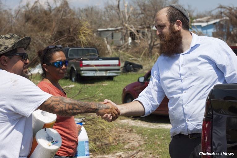 Schmukler greets an individual who has been impacted by Hurricane Harvey in Rockport. (Photo: Verónica G. Cárdenas/Chabad.org)