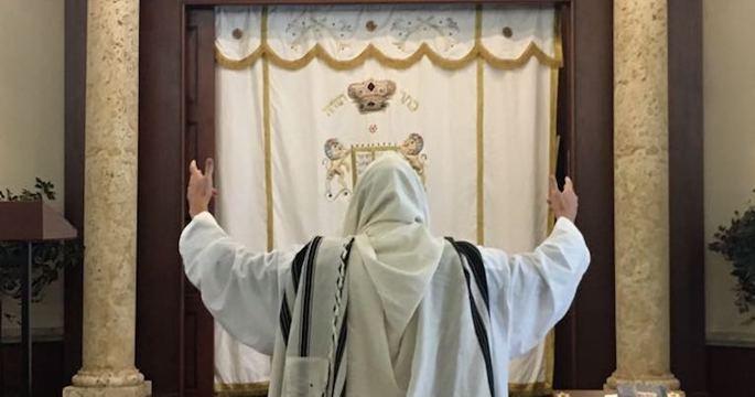 Portant un kittel à Beth Menachem, Chabad de Greater Boynton Beach, Floride.