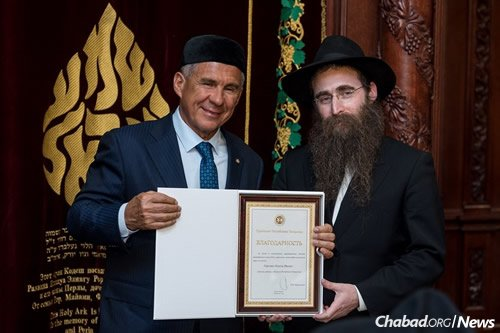 Minnikhanov presents an award to Gorelik for his work in helping develop the community, and his contributions to peace and brotherhood among residents of Tatarstan.