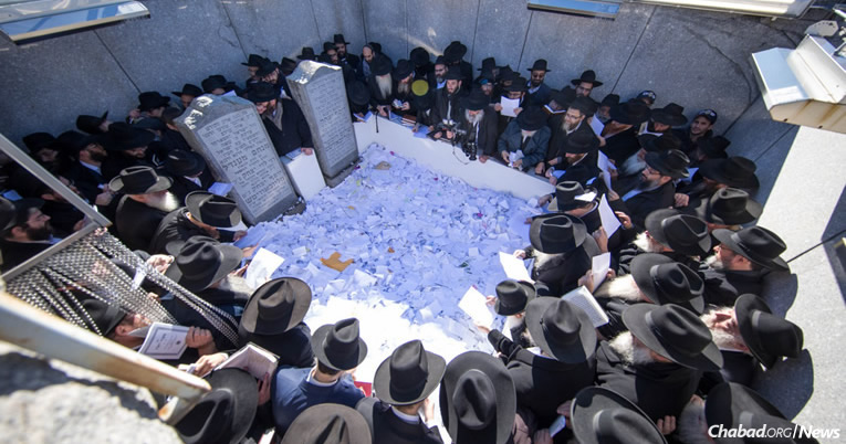 As many as 5,600 rabbis and communal leaders from around the world who are in New York for the annual Kinus Hashluchim—the International Conference of Chabad-Lubavitch Emissaries—gathered at the Old Montefiore Cemetery in Queens, N.Y., on Friday morning to visit the resting place of the Lubavitcher Rebbe—Rabbi Menachem M. Schneerson, of righteous memory. (Photo: Yehezkel Itkin)