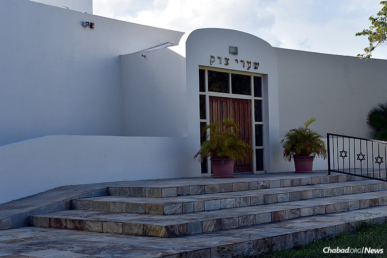 Shaarei Tsedek Jewish Center will now be served by Rabbi Refoel and Chani Silver, who landed in Curaçao right before Rosh Hashanah.
